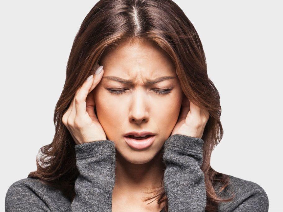 Alleviare il mal di testa con l'auto massaggio della mano
