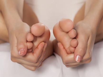 Auto massaggio del piede: parte interna e inferiore del piede